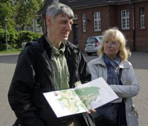 Der Leiter der Besichtigung, Torsten Fischer, mit Stadtplan.