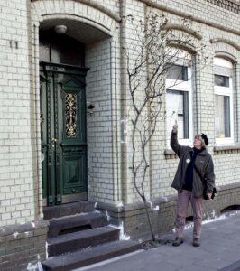 Lydia Windrich zeigt auf schönes Gebäude in Marxloh
