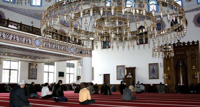 Gäuige beim Gebet in Marxloher Moschee.
