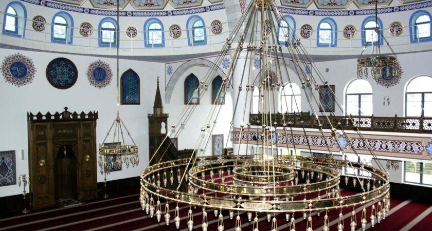 Die Decke der Marxloher-Merkez-Moschee.