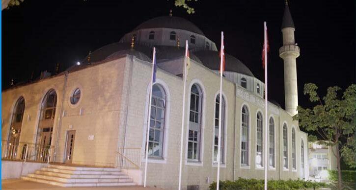 Die Merkez-Moschee bei Nacht.