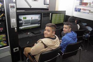 Zwei Jungen vor Computer-Spiel Monitor