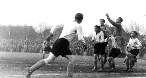 Hennes Hoffman gegen Toni Turek in der Oberliga West.