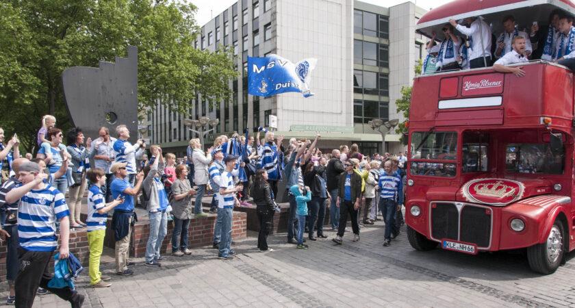 MSV Aufstiegsempfang 2015 - ein englischer Doppeldecker-Bus rollt heran