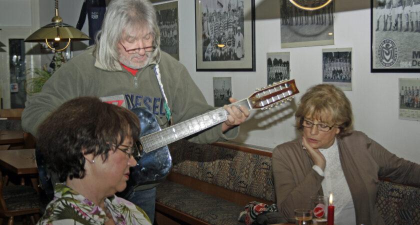 Spielerfrauen der Altstars mit Gitarristen