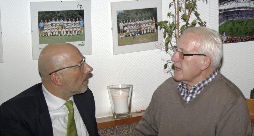 Vorstandsmitglied Markus Räuber im Gespräch mit Günter Preuß, dem Kapitän des Vizemeisters.