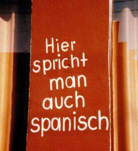 Schild an spanischer Häuserwand:
