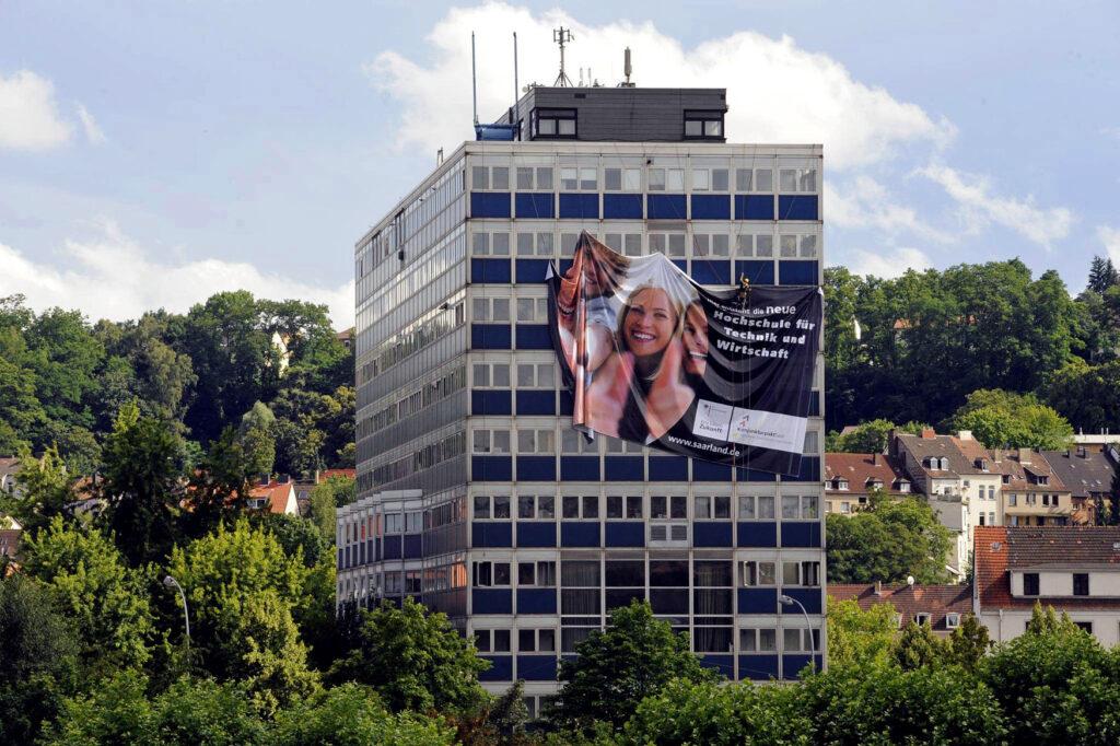 Hochhaus mit originellem Werbebanner